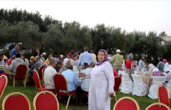 جمعية قافلة نور الصداقة تشارك نزيلات ونزلاء مؤسسة الحاج عبد الهادي التجموعتي للأعمال الخيرية فرحة مائدة الإفطار الرمضانية