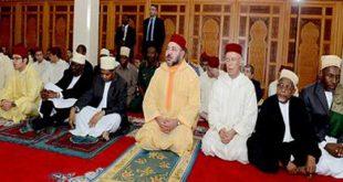 """أمير المؤمنين جلالة الملك محمد السادس حفظه الله يؤدي صلاة الجمعة بمسجد """"الشورى"""" بزنجبار"""